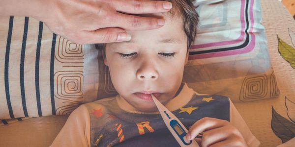 Заболевающий ребёнок измеряет температуру