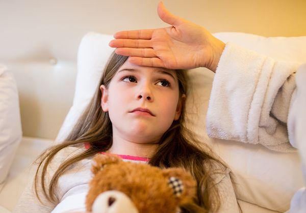 Какие симптомы бывают у пневмонии и как её лечить у взрослых и детей?